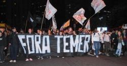 13mai2016---manifestantes-protestam-contra-o-presidente-interino-michel-temer-e-a-favor-da-prisao-do-deputado-federal-afastado-eduardo-cunha-pmdb-rj-em-porto-alegre-1463186870667