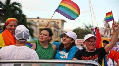 """Vistosa """"conga"""" por derechos LGTBI para el tráfico y hace bailar a La Habana"""